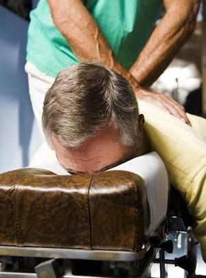 El hombre que recibe ajuste quiropráctico.