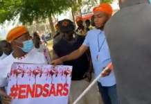 Video Of EndSARS Protesters Daring Policemen To Open Their Gates In Benin City