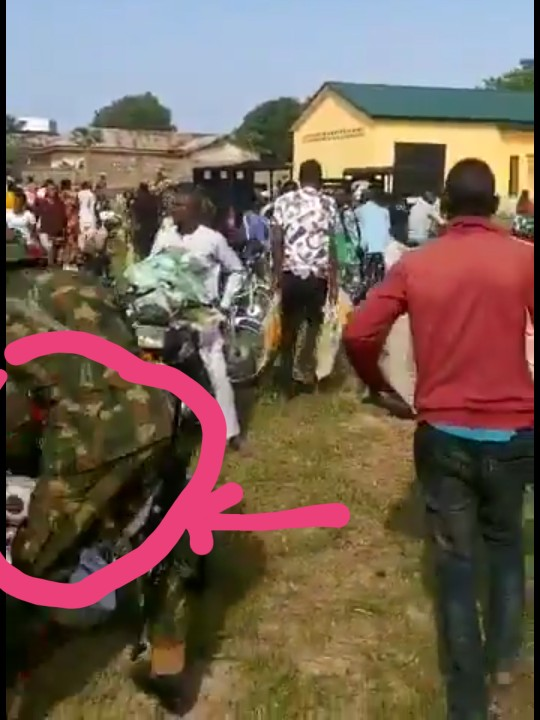 Video Of Soldiers And Police Watching People Looting Covid-19 Palliatives In Gwagwalada, Abuja