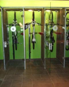 Wie Telefonzellen sehen die Sportlocker aus: klimatisierte Schließfächer für Skier im Winter und Bikes im Sommer.