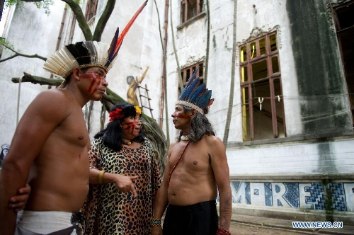 Indigenous people discuss the governmental proposal outside the old Indian Museum in Rio de Janeiro, Brazil, Jan. 16, 2013. The government of Rio de Janeiro plans to tear down an old Indian museum beside Maracana Stadium to build parking lot and shopping center here for the upcoming Brazil 2014 FIFA World Cup. The plan met with protest from the indigenous groups. Now Indians from 17 tribes around Brazil settle down in the old building, appealing for the protection of the century-old museum, the oldest Indian museum in Latin America. They hope the government could help renovate it and make part of it a college for indigenous Indians. (Xinhua/Weng Xinyang)