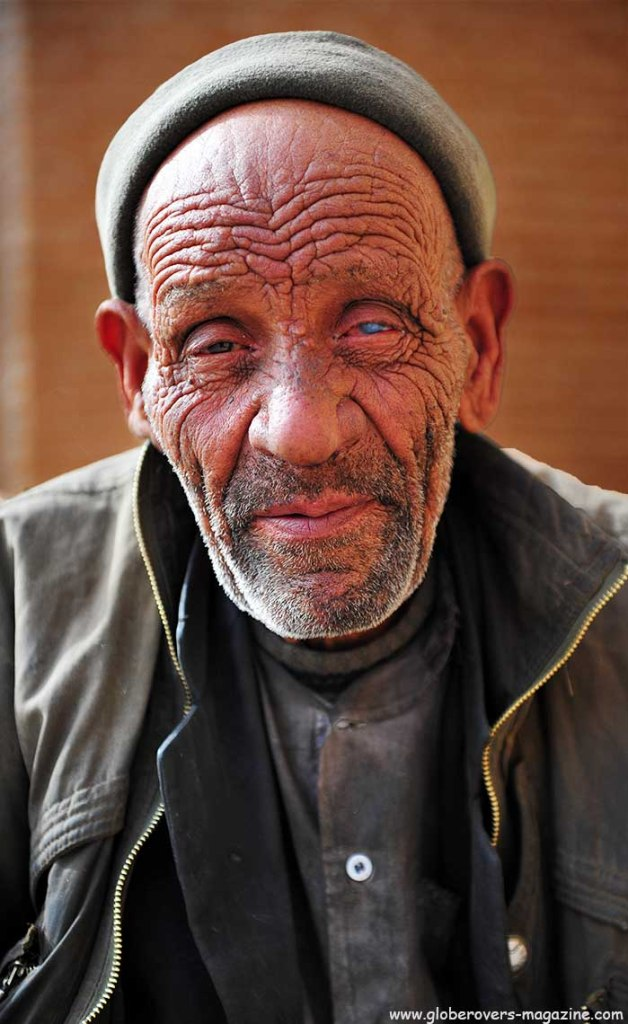 Portraits - Old man begging outside the Aramgah-e Shah Ne'matollah Vali mausoleum, Mahan, IRAN
