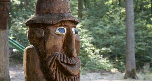 Deutsche Weinstrasse Hütten Wald - Mann aus Holz geschnitzt