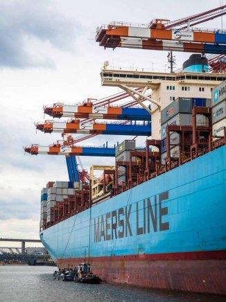 Frachter während der Hafenrundfahrt