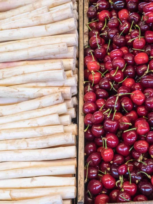 Frischmarkt mit Obst und Gemuese am Fischmarkt