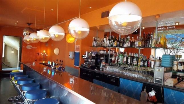 Theke einer Bar in Basel