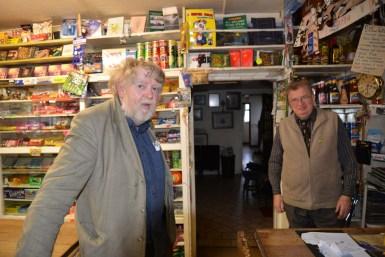Jim (rechts) und Derry Killeen betreiben in Shannonbridge Killeen´s Bar, einen der traditionellsten Pubs der Insel und einen Gemischtwarenladen. (Photo: Bilder von Richard Gardner, Bruckmann Verlag)
