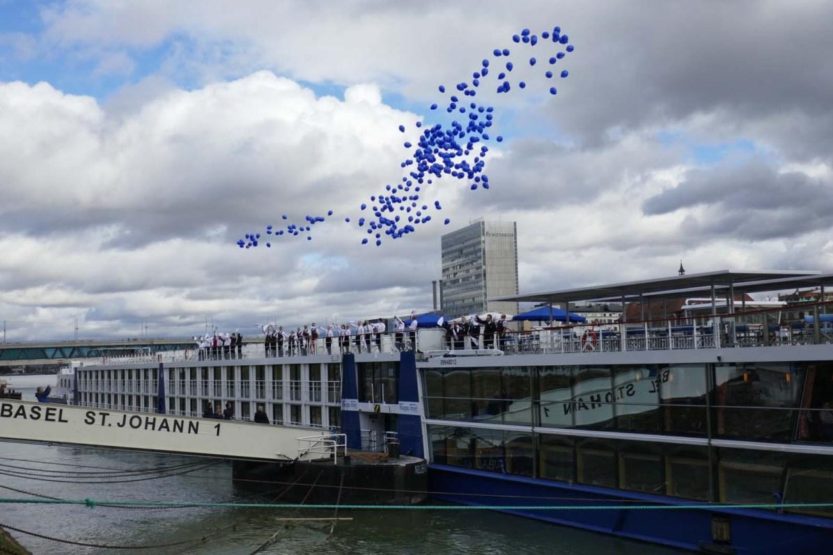 Anlässlich der Schiffstaufe stiegen 300 blaue Ballone in den Himmel.