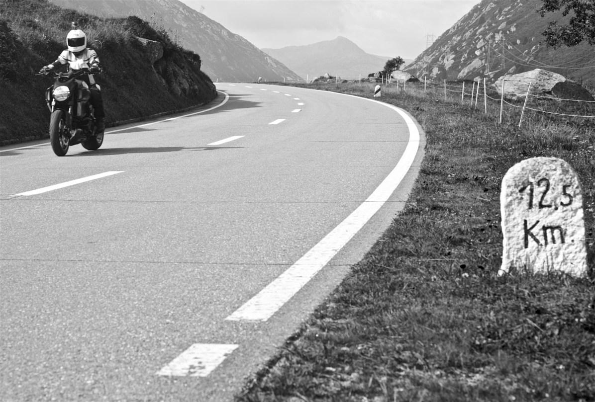 Maenner Motorrad Wochenende Schweiz Alpen 31