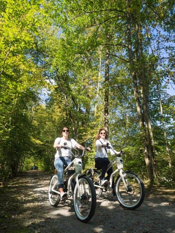 Authorin Alexandra und Florance vom Schweizerhof untewegs mit dem e-cruser von youMo