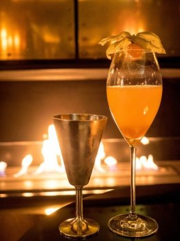 Drinks am Kaminfeuer in der Green House Bar