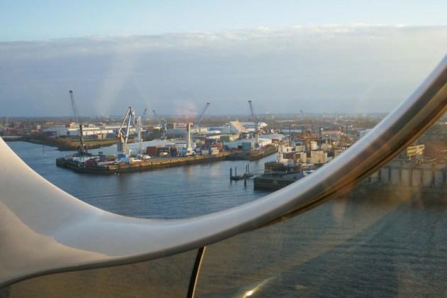 Die Aussicht aus der Elphilharmonie auf den Hamburger Hafen.