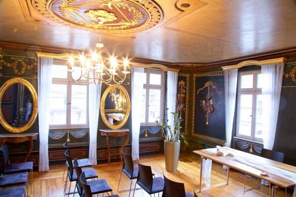 Der historische Saal im oberen Stock der Maikammer Vinothek ...