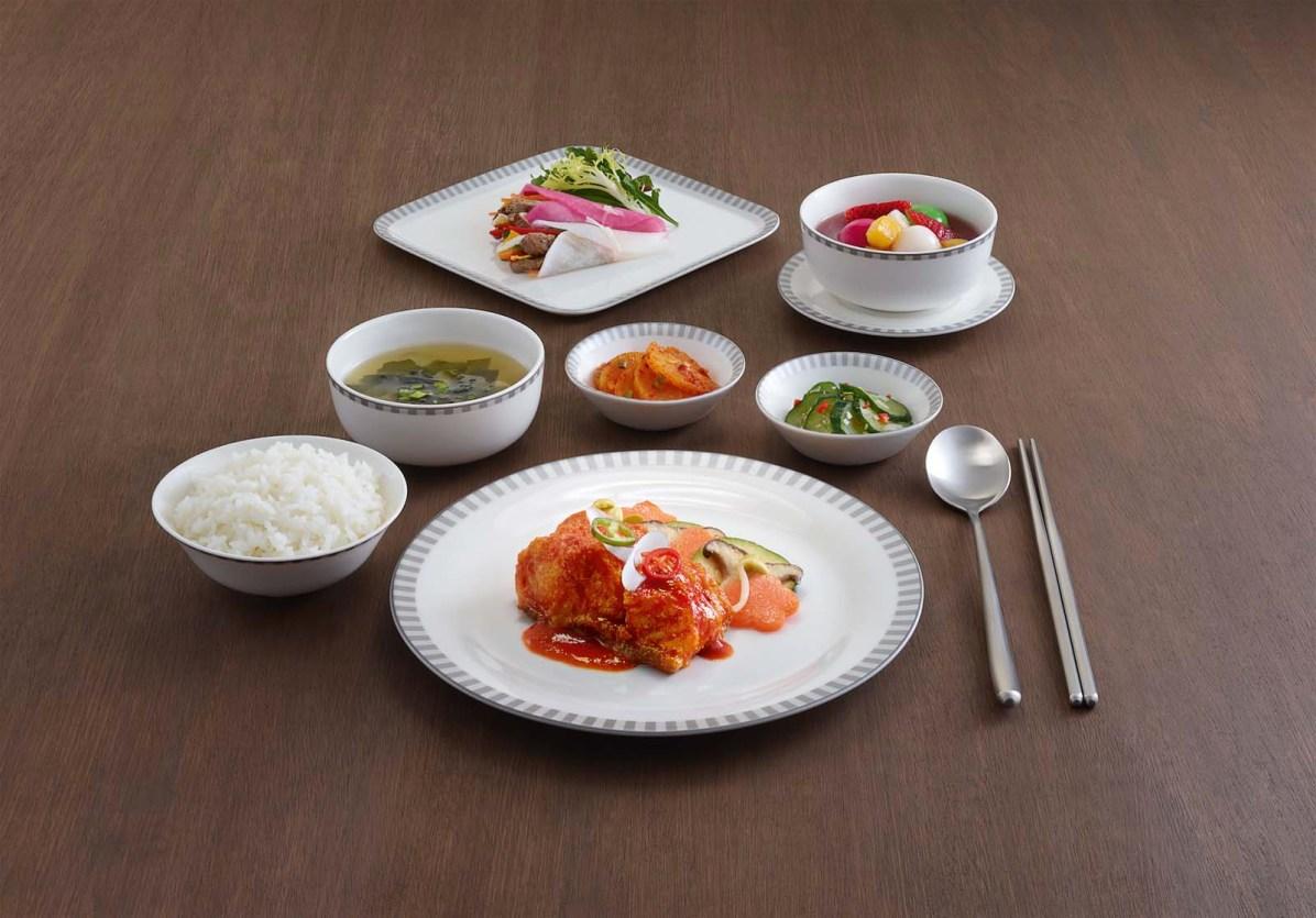Die Mahlzeiten werden in von Narumi entworfenem Porzellan serviert.