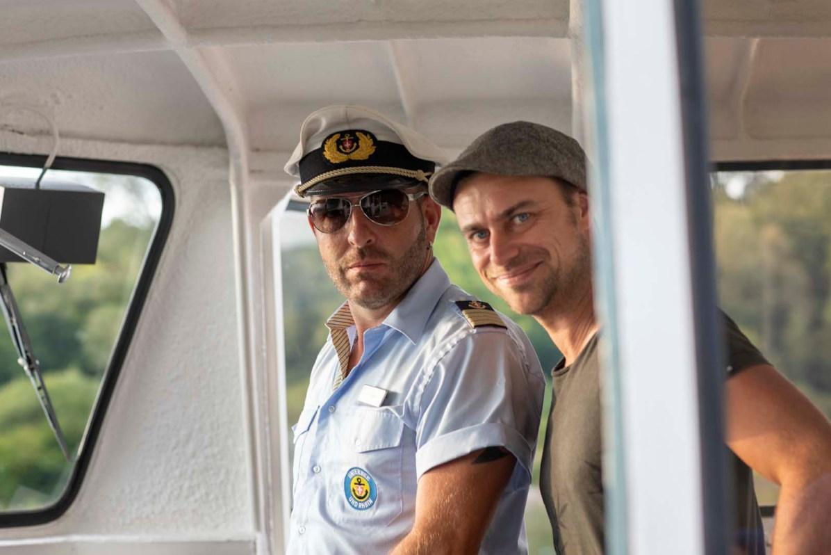 Autor Martin Hoch zusammen mit Kapitän Urs Thaler im Führerhaus der MS Thurgau.