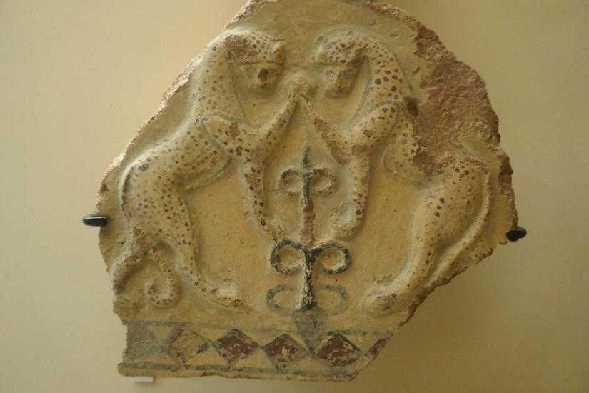 Artefakte, im Museum ausgestellt.