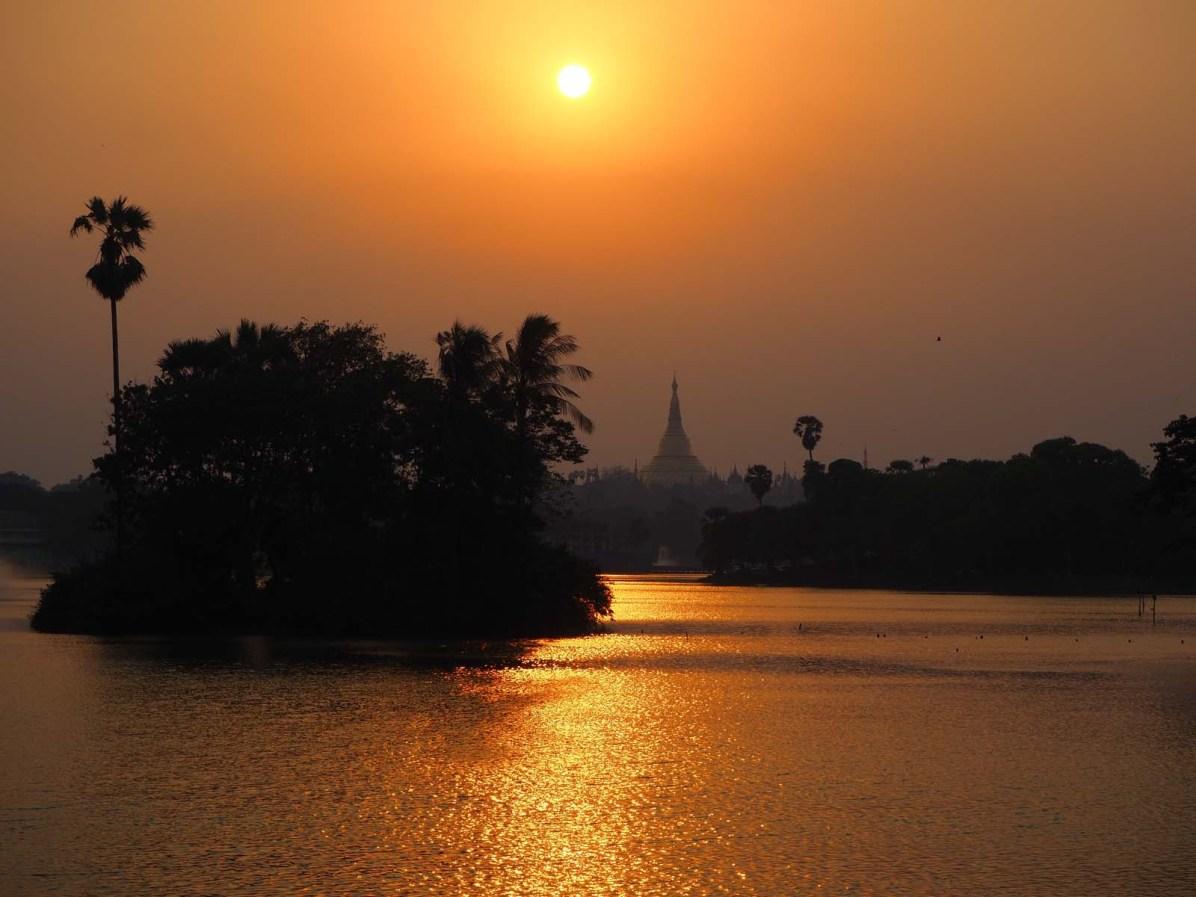 Sonnenuntergang am Kandawgy-Lake mit Blick auf die Shwedagon-Pagode Yangons.