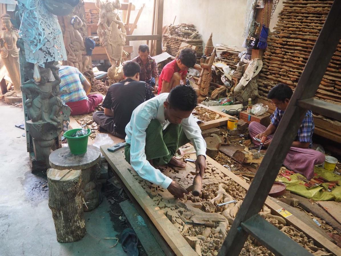 Arbeiter schnitzen Handwerkskunst in Mandalay.