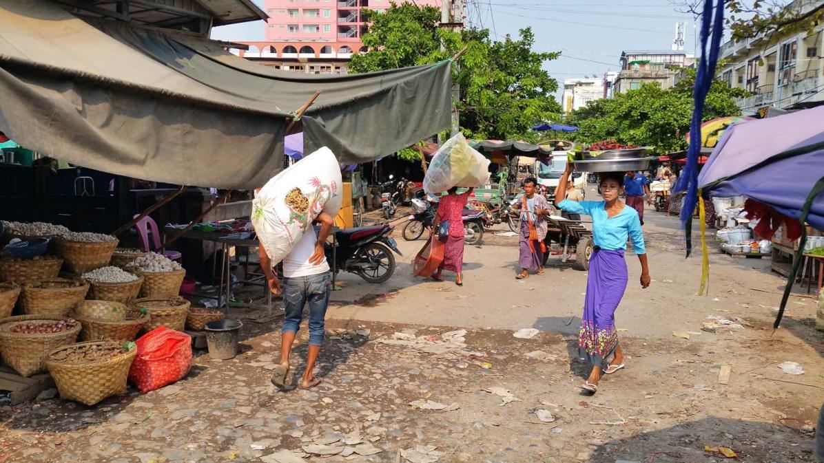 Reger Betrieb an einem Markt in Mandalay.