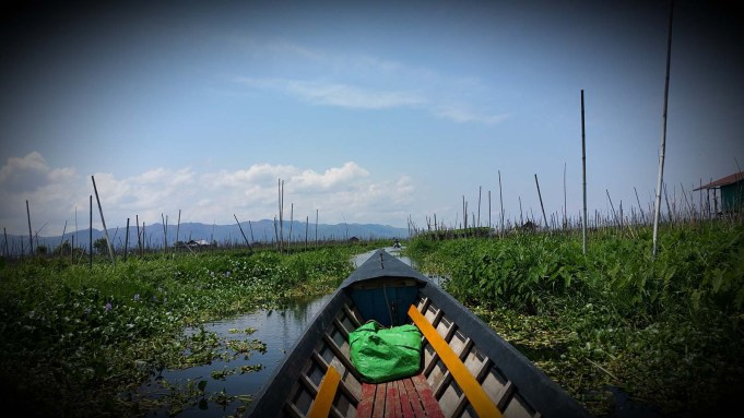 Mit dem Boot durch die schwimmenden Gärten vom Inle-See.