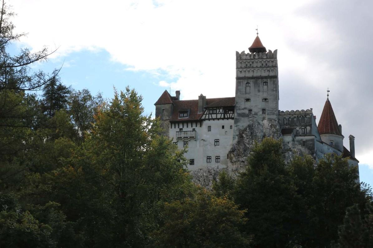 Wer das Schloss Bran besichtigen möchte, erklimmt einen kleinen Hügel.