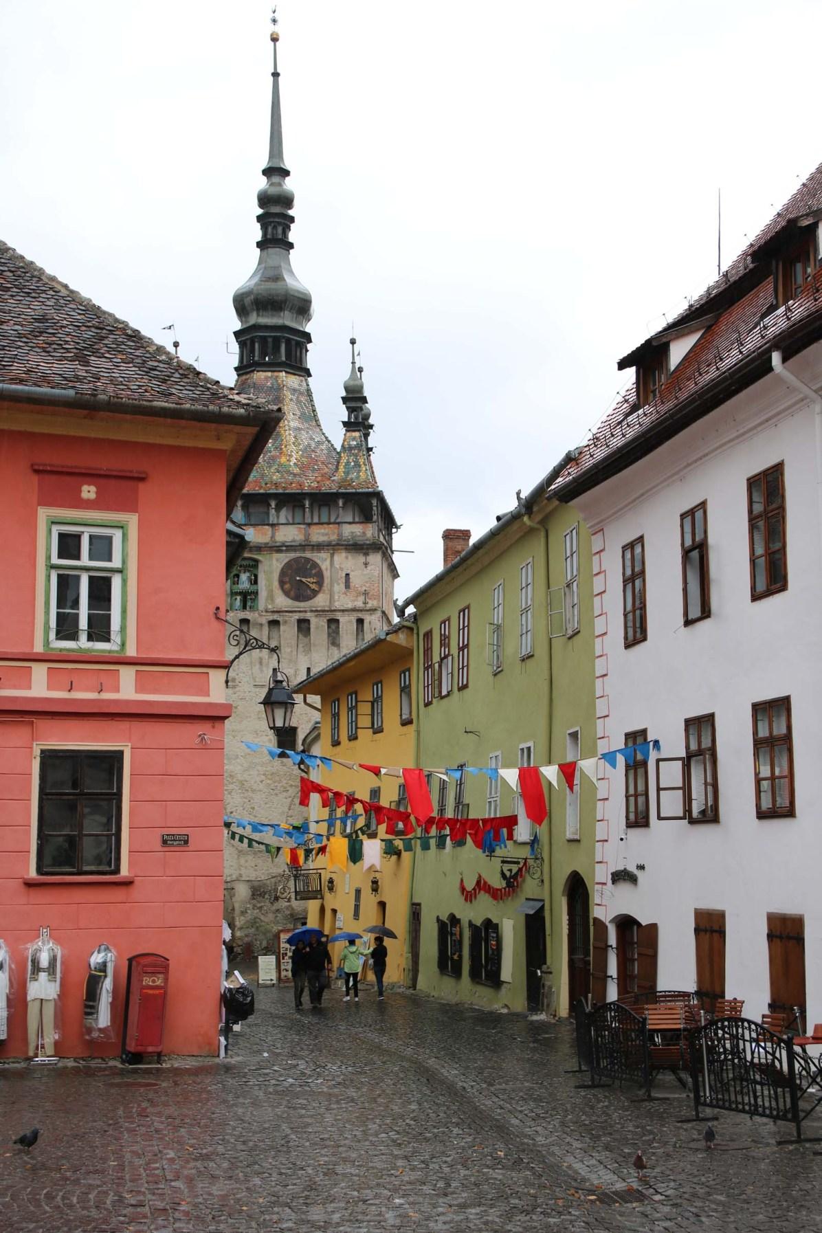 Die schmucke Altstadt in Schässburg mit dem angeblichen (gelben) Geburtshaus Graf Draculas.