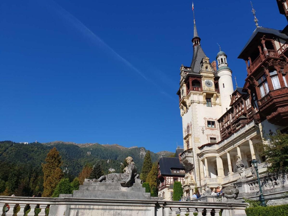 Vom Peles Schloss erhascht man nicht nur ein Blick in das königliche Leben von damals, sondern auch auf die schöne Berglandschaft von Predeal.
