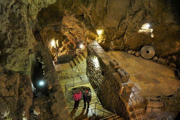 Durch Grotten und Tunnels führt die Besichtigung. © Eva Hirschi