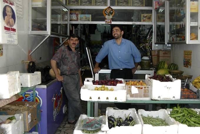 アラビア語のレッスン帰りにいつも立ち寄った八百屋さん。当時のシリアでは、野菜の量り売りに分銅を使うのが主流でした。季節の野菜や果物が並び、よくオマケしてもらいました。