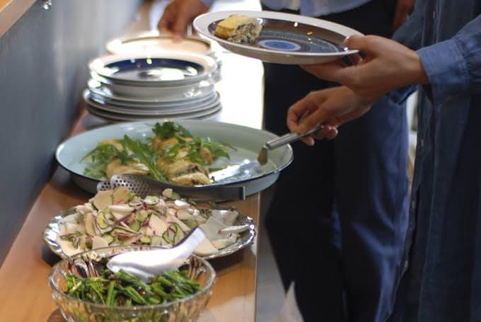▲朝の光が気持ちよく差し込む、松本のカフェ「amijok」で開催。季節の食材を使った特別朝食メニューです。