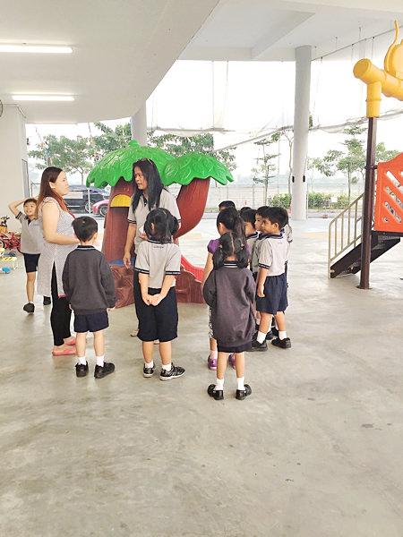 朝の登校直後の様子。ポロシャツのシンプルな制服の子供達。