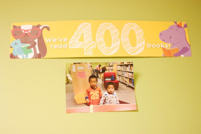 長男と次男のエントリー写真。現在は400冊欄に貼ってあります。1000冊に達するのはいつになるか!?