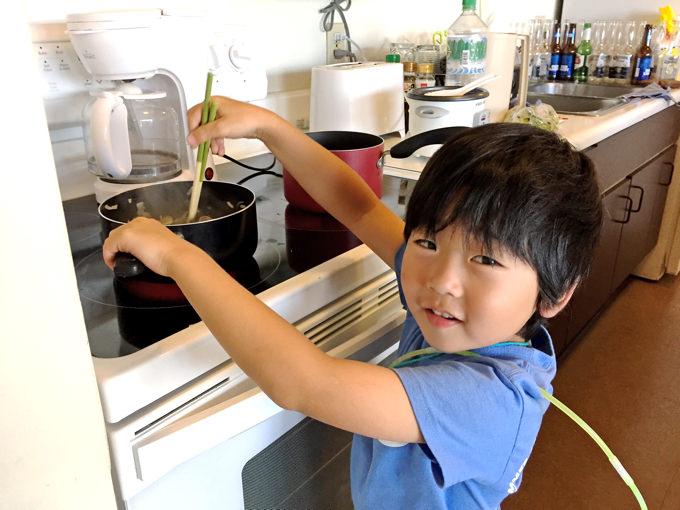 ハワイ親子留学中に滞在したコンドミニアムでクッキングをお手伝いする息子。
