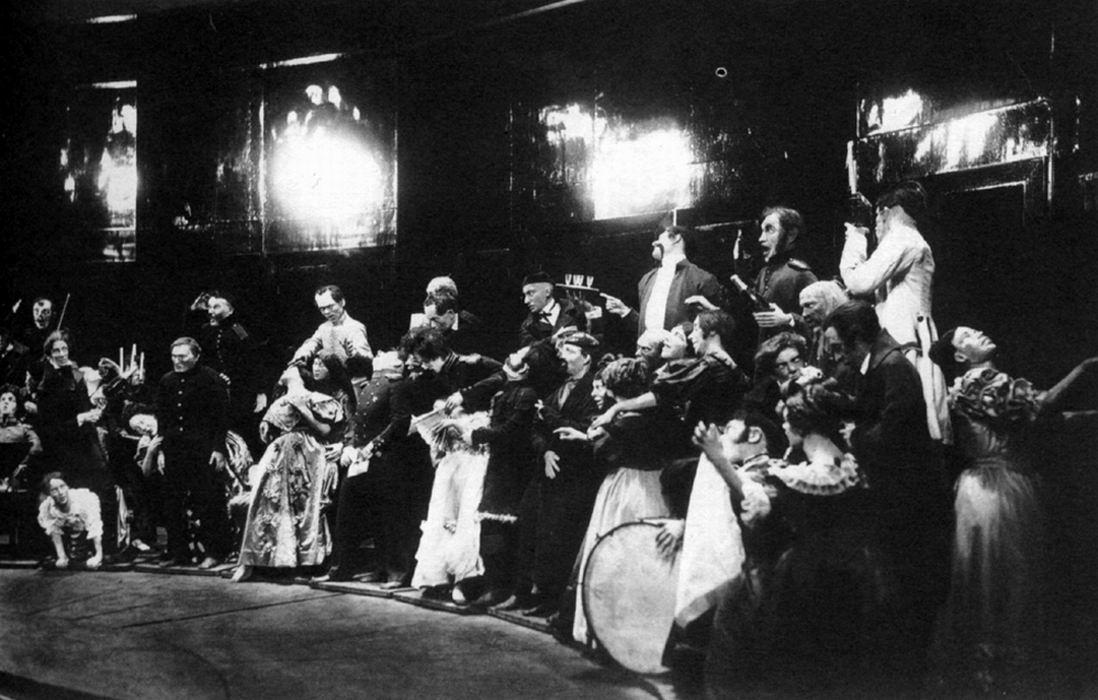 Escena del montaje de El inspector por Meyerhold (1926)