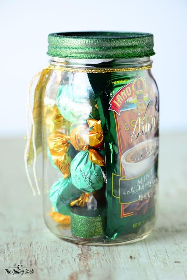 DIY CHCRISTMAS GIFTS FOR HIM: CHOCOLATE MINT MASON JAR GIFT