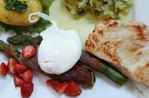 Filet z kurczaka z jajkiem, szparagami i młodą kapustą