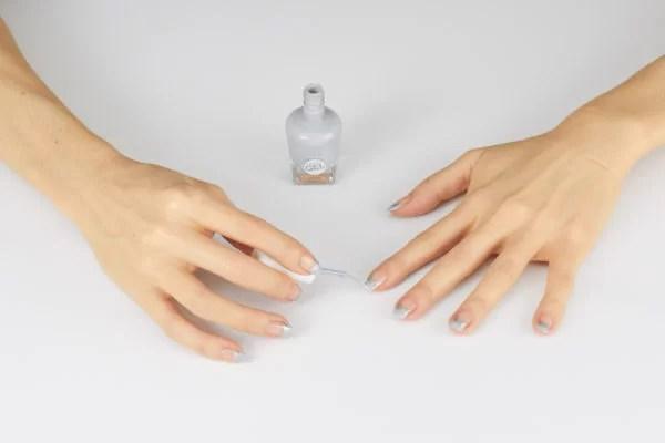 Teraz czas na jasnoszary pasek z lakieru, którym pokryjesz końcówkę paznokcia, tak jak w tradycyjnym frenchu.