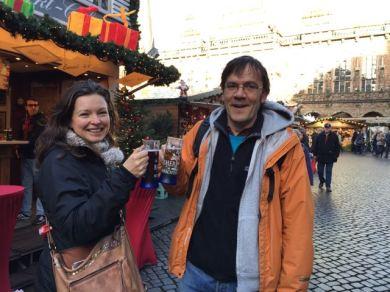 Annica Müllenberg und Bernd Hüttner testen die ersten Heißgetränke.