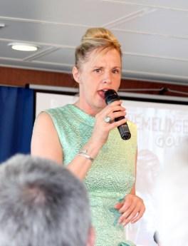Ramona von der Golden City Hafenbar singt.