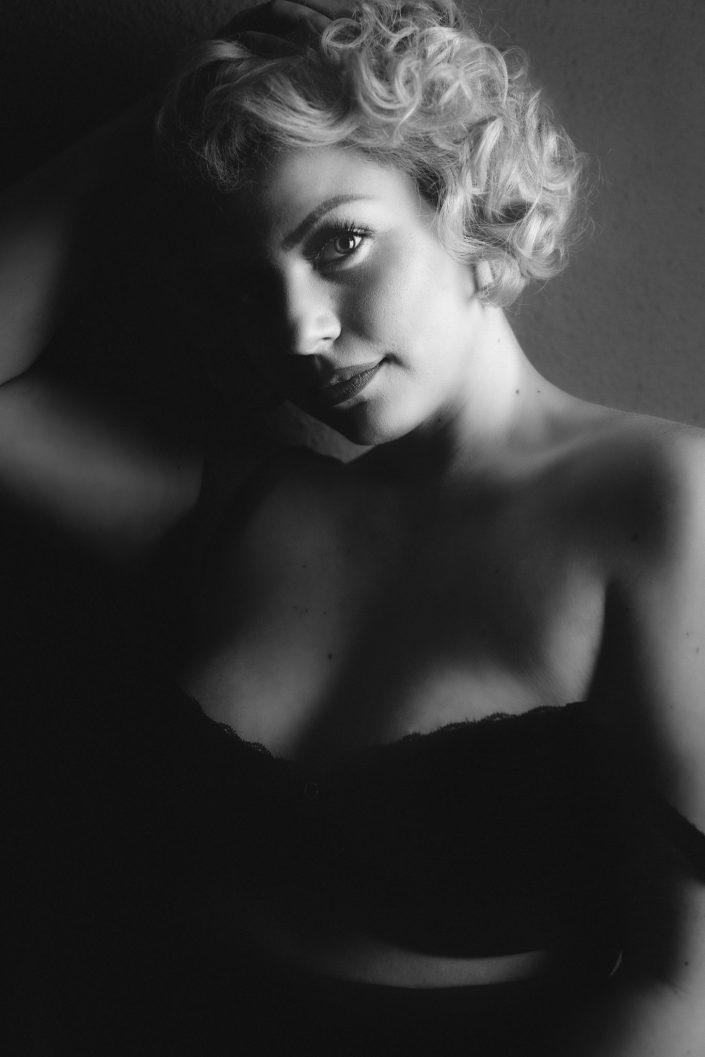 Curvy Supermodel, Zoey Saflekou, Portrait, Porträt. Boudoir, Akt, Lingerie, Dessous-Shooting, Erotik, Aktshoting, Erotikshooting, Boudoir-Shooting, Erotik, Bodie, Body, Marylin Monroe