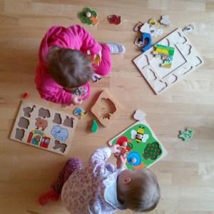 Kinder spielen Puzzle