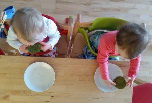 Kinder essen Spinat-Pancakes