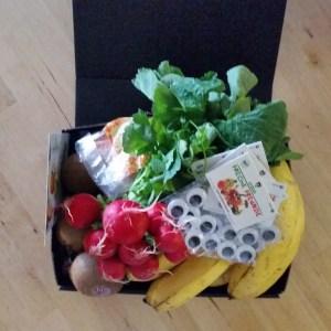 Kiste mit Gemüse und Obst