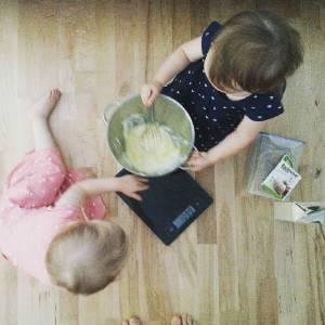 Kleinkinder helfen beim Backen