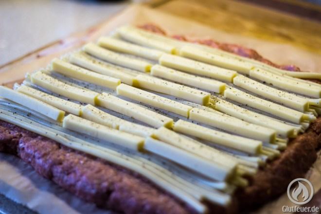 Die Makkaroni und der Käse werden auf das Fleisch gelegt
