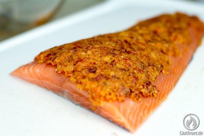 Die Chorizo-Masse wird auf dem Lachs verteilt