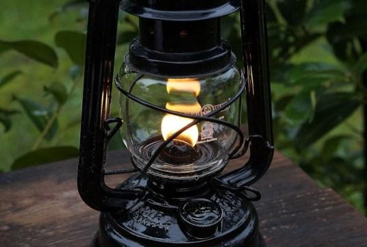Feuerhand mit Flamme