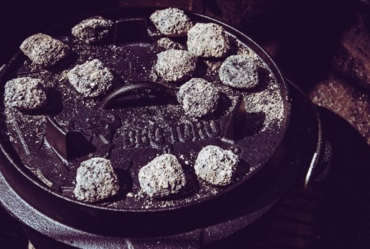 BBQ Toro Dutch Oven mit Kohlen