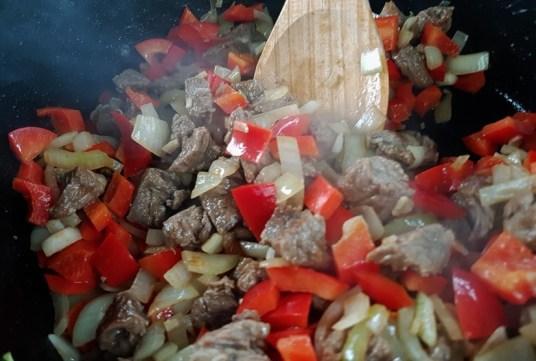 Gulasch und Gemüse anbraten