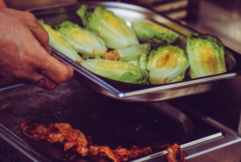Salatherzen oder Römersalat anrösten